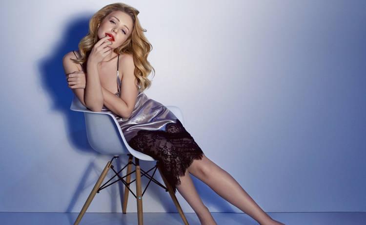 Тина Кароль восхитила Сеть снимком в платье цвета «Fiesta»