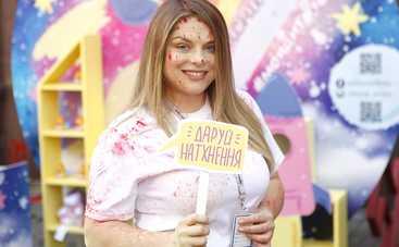 Популярные ведущие устроили «цветную войну» в центре Киева