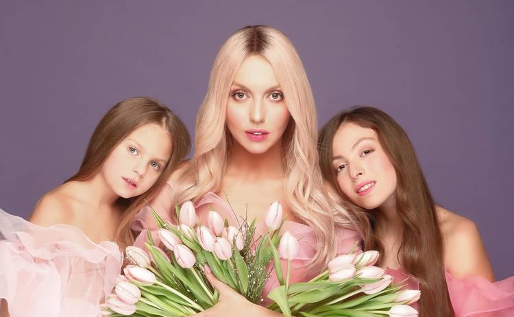 По стопам мамы: дочь Оли Поляковой впервые спела на концерте