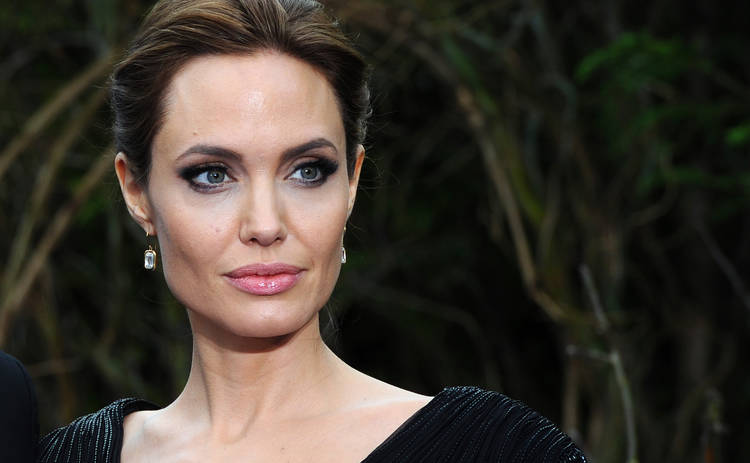 Экстремально худая Анджелина Джоли прогулялась по Лос-Анджелесу без белья
