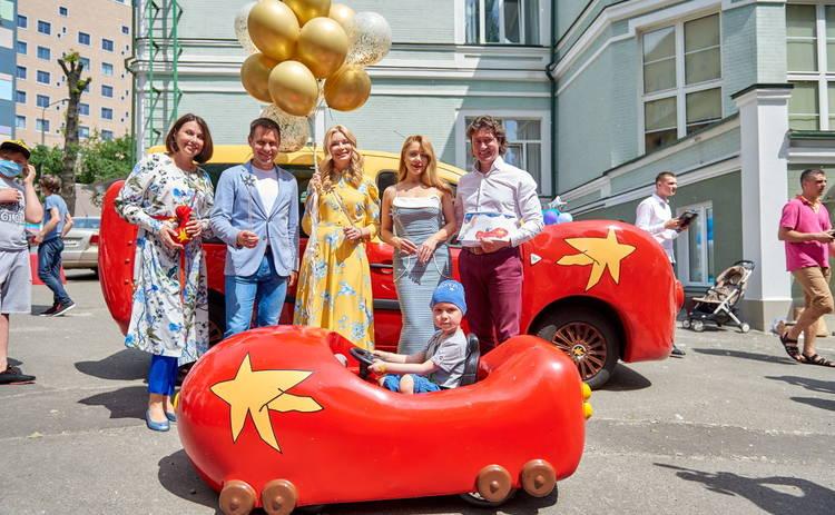 Тина Кароль и Лидия Таран презентовали единственный в мире электрокар Супергероев