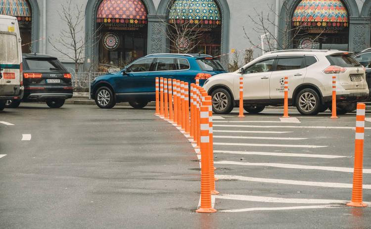 Как власти Киева борются со стихийными парковками: в столице начали появляться делиентары