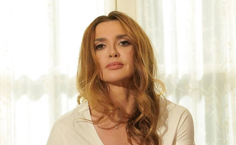 Вау! Оксана Марченко восхищает фанатов в стильном платье с глубоким декольте