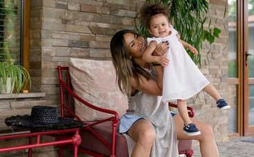 Хитрые родители: Гайтана преподнесла дочке необычный подарок на 2-летие