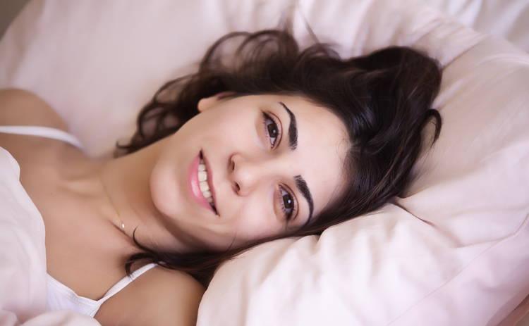 Почему отекает лицо по утрам: медики назвали причины