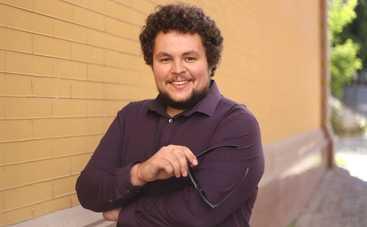Ведущий программы «Шесть соток»  Дмитрий Чистяков выгуливает Сникерса