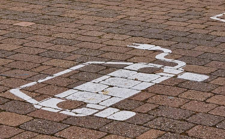 «Кроме электромобилей»: водителей будут штрафовать за парковку на месте электрокаров