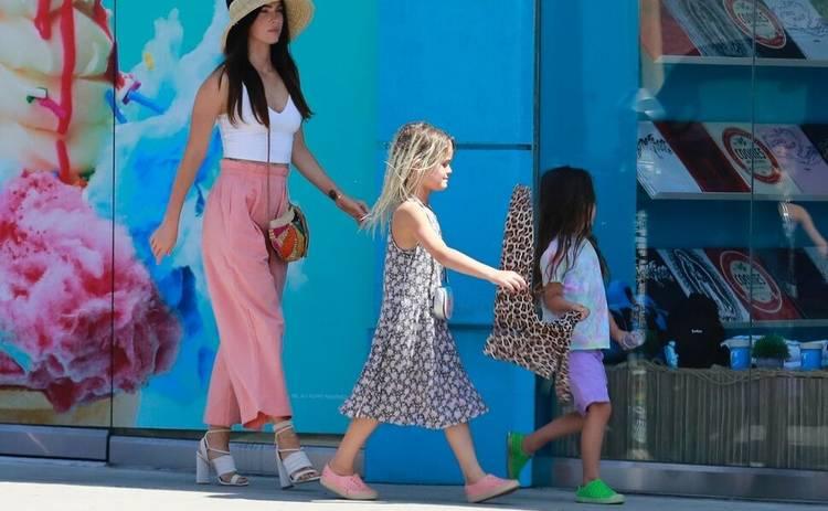 Меган Фокс вышла на прогулку с сыновьями в нарядах для девочек