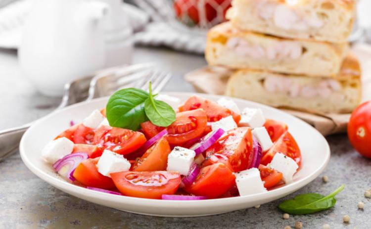 Элегантная закуска на каждый день: салат из помидоров с сыром (рецепт)