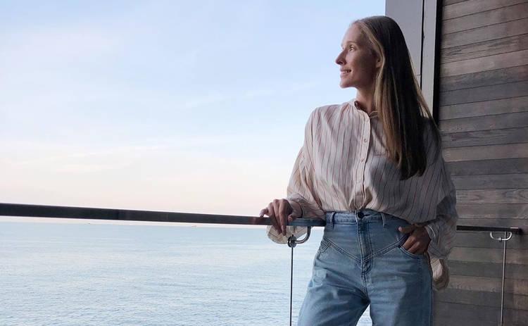 Катя Осадчая восхитила Сеть костюмом цвета неба: «Женственно и элегантно»