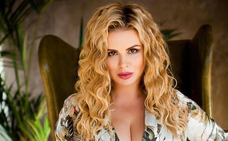 Анна Семенович похвасталась фигурой в сексуальном боди: «Роковая женщина»