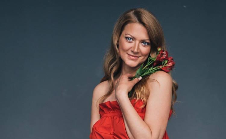 Татьяна Литвинова покорила Сеть образом в платье с глубоким декольте