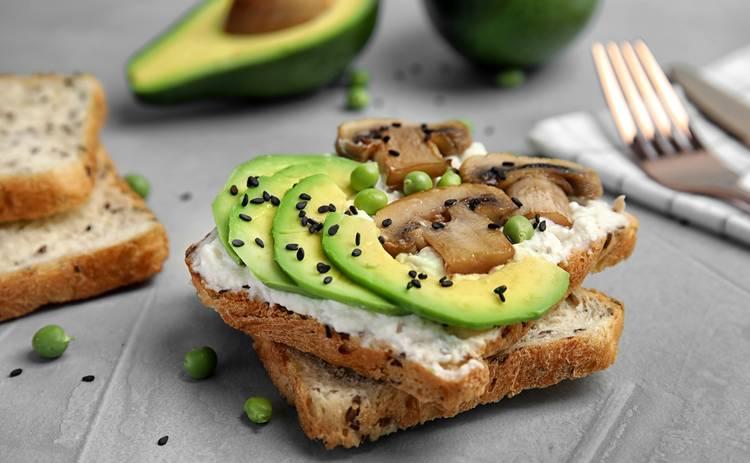 Вкуснейший тост с авокадо и шампиньонами (рецепт)