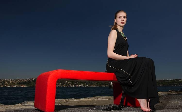 Как правильно сочетать красный и черный цвет в одежде: модные советы