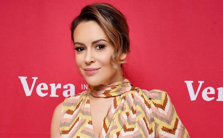 Алисса Милано в откровенном бикини засветила пышную грудь: «Ух, красотка!»