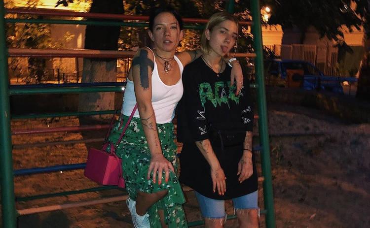Экс-жена и дочь Потапа сверкнули аппетитными фигурами на пляже