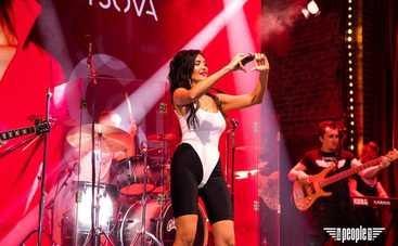Певица KUPTSOVA презентовала свой дебютный альбом громким концертом на свой день рождения