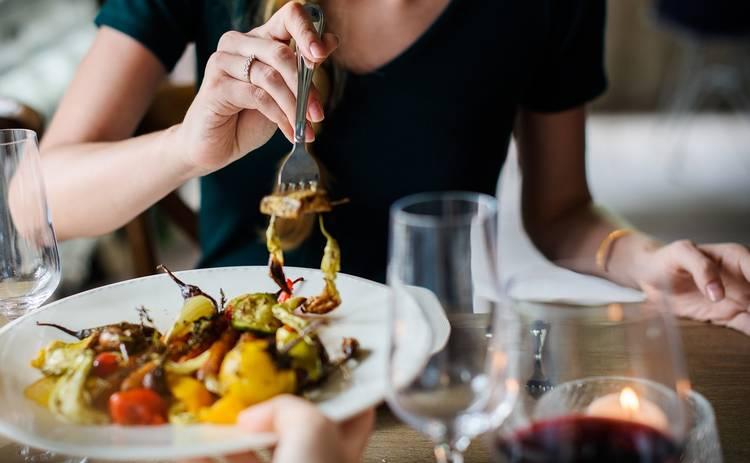 Кулинарный шедевр! Салат с жареными грибами и крабовыми палочками (рецепт)
