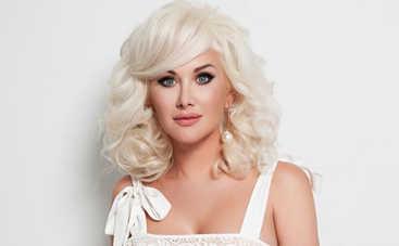 Катя Бужинская восхитила Сеть снимком в платье с глубоким декольте