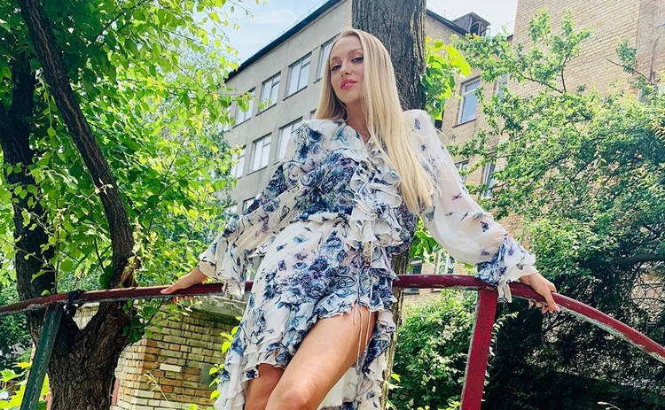 Оля Полякова в красных латексных чулках ошеломила откровенной позой
