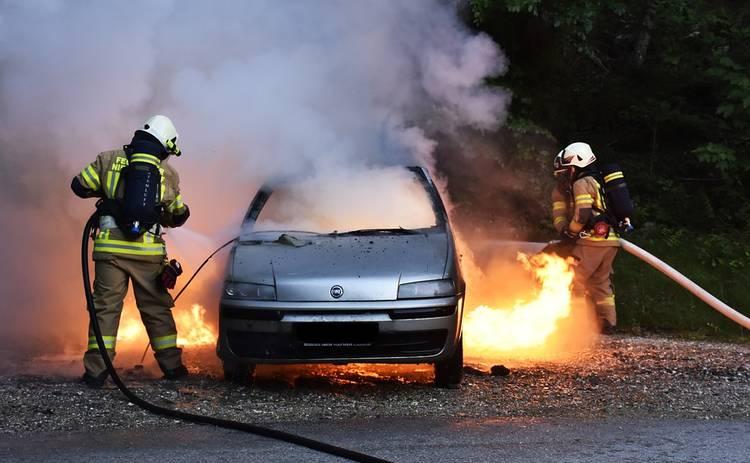 Женщина сожгла автомобиль, откачивая бензин из бака пылесосом