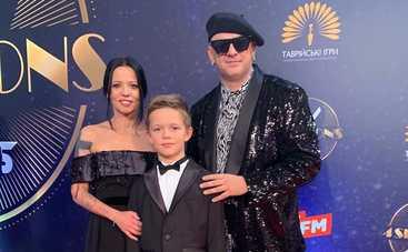 Экс-жена Потапа показала своего 10-летнего сына в компании трех полураздетых девушек