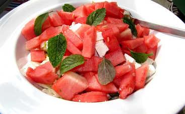 Необычный и легкий салат из арбуза с сыром фета (рецепт)