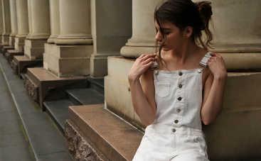 Модные идеи для осеннего образа со светлыми брюками