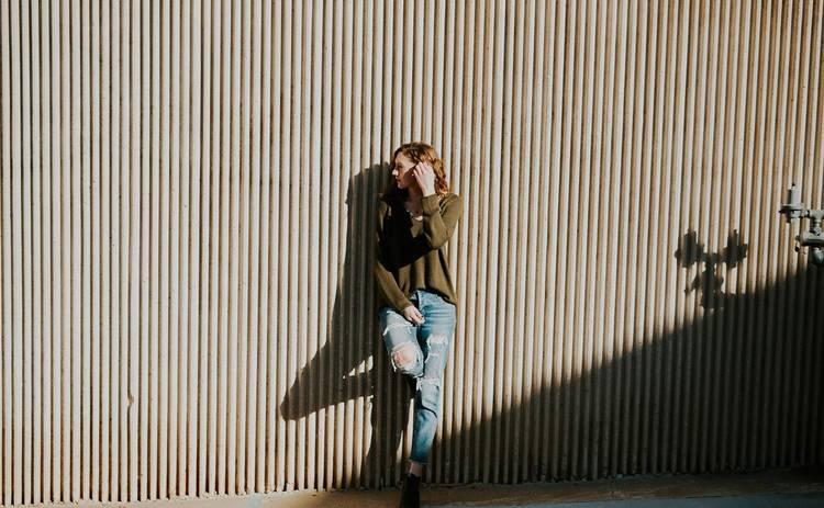 Модные идеи для правильного сочетания свитера и джинсов