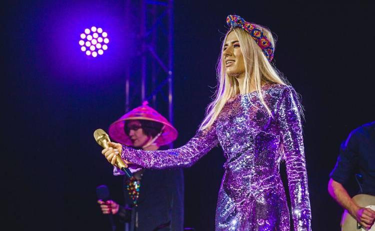 Ольга Горбачева вышла на сцену в шикарном наряде от Dolce&Gabbana