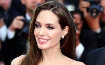 Фанаты высмеяли Анджелину Джоли за накладную грудь