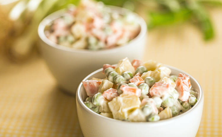 Непередаваемый вкус! Оливье с колбасой и грибами (рецепт)