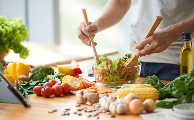 Ароматный салат с грибами и крабовыми палочками (рецепт)