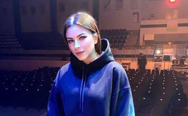 Новая прическа и цвет волос: Ани Лорак впечатлила модным образом