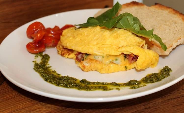 Завтрак за 10 минут! Омлет с помидорами, луком и сыром (рецепт)