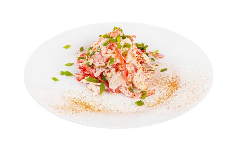 Салат с крабовыми палочками, яблоками и сыром (рецепт)