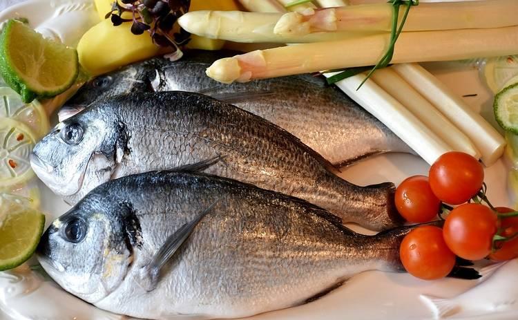 Идеальный вариант для ужина! Рыба, запечённая с помидорами, моцареллой и базиликом (рецепт)