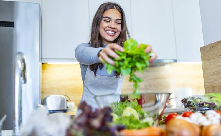 Праздничный салат с рисом и крабовыми палочками (рецепт)