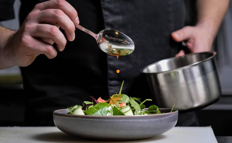 Освежающий овощной салат с сыром (рецепт)
