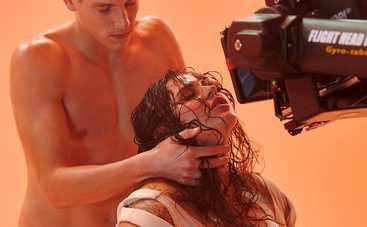 Солистка группы KAZKA рассказала, как снимали скандальные сцены из их нашумевшего клипа