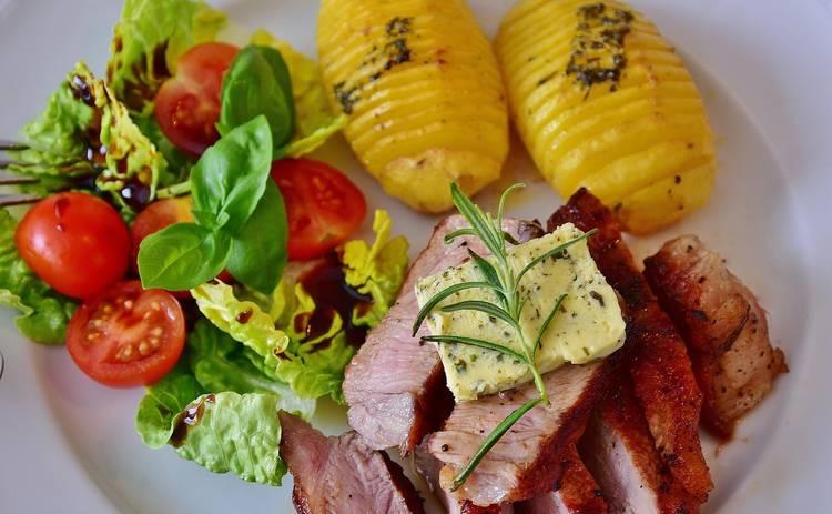 Сытный картофельный салат со сметаной и беконом (рецепт)