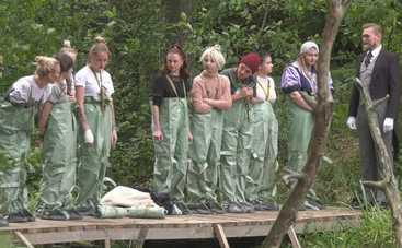 Участницы реалити «Від пацанки до панянки-4» искали ключи от Школы леди в болоте