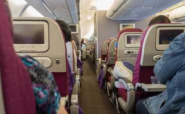Как правильно откидывать спинку кресла в самолете?