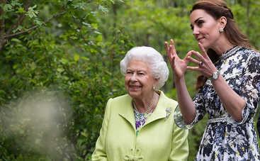 Оказалась в зоне риска: 93-летняя Елизавета II строго нарушила этикет из-за коронавируса