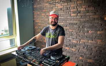 DJ Саня Дымов каждый день устраивает онлайн-вечеринки из дома
