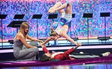 Антон Савлепов висел вниз головой, а блондинка уселась сверху на его ягодицы: Было странное ощущение