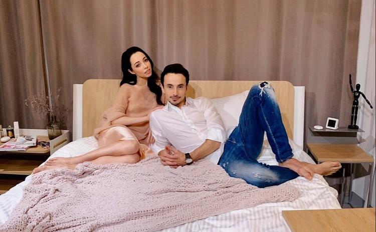 Муж Екатерины Кухар станцевал для нее стриптиз в спальне