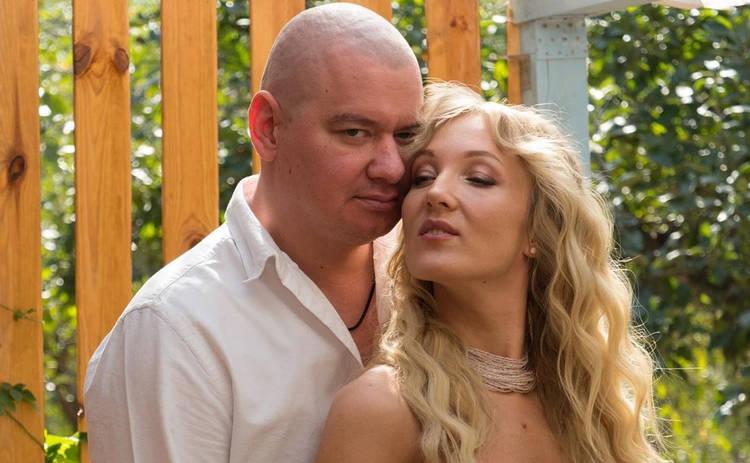 Супруга и дочь Евгения Кошевого устроили фотосессию в поле: family look