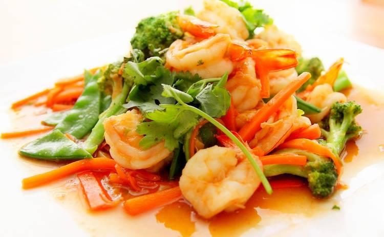Овощной салат с креветками (рецепт)