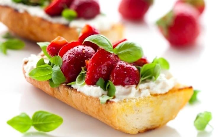 Брускетты с клубникой и маскарпоне: рецепт на скорую руку от Юлии Панковой